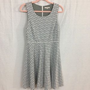41 Hawthorn Square Design Gray and White Dress